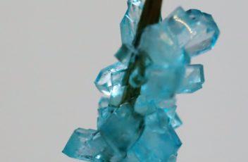 Zuckerkristalle mit blauer Lebensmittelfarbe (2)